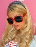 Paris Hilton - Sexy účes z dlouhých zvlněných vlasů blond barvy s ofinou na straně