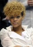 Rihanna - Krátký účes z vlnitých vlasů hnědé barvy, po stranách vyholený
