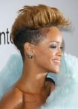 Rihanna - Krátký po stranách vyholený účes, na temeni stylizovaný vzhůru