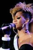 Rihanna - Extravagantní účes z krátkých vlasů, po stranách vyholený, s dlouhou ofinou do tváře