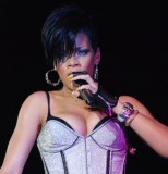Rihanna - Asymetrický účes z krátkých černých vlasů s ofinou na straně