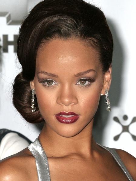 Rihanna - Vyčesaný společenský účes z dlouhých rovných tmavohnědých vlasů