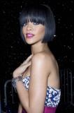 Rihanna - Mikádo z polodlouhých vlasů černé barvy s rovně střiženou ofinou do čela