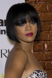 Rihanna - Polodlouhé mikádo z rovných černých vlasů, s rovnou ofinou do čela