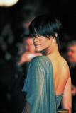 Rihanna - Uhlazený účes z krátkých vlasů černé barvy, s pěšinkou na straně
