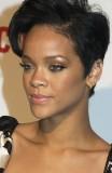 Rihanna - Postupně sestříhaný účes z krátkých rovných vlasů hnědé barvy