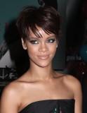 Rihanna - Účes z krátkých rovných vlasů hnědé barvy s jemnou ofinou do čela