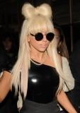 Lady Gaga - Účes z rovných dlouhých vlasů s ofinou, ozvláštněné mašlí na temeni vytvořenou z vlasů