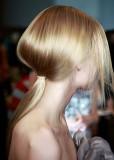 Culík z dlouhých blond vlasů, který vytváří velký objem vlasů, s volně splývající přední partií
