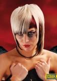 Extravagantní dámský účes s různými délkami, převážně blond barvy