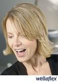 Polodlouhý dámský blond účes s vytočenými konečky a melírem