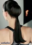 Uhlazený společenský účes z dlouhých rovných vlasů se zajímavě řešeným culíkem