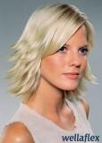 Polodlouhý postupně sestříhaný blond účes s vytočenými konečky ven