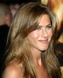 Jennifer Aniston - Nadýchaný účes ze světle hnědých rovných vlasů