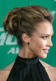 Jessica Alba - Elegantní společenský účes, vyčesaný z dlouhých rovných vlasů