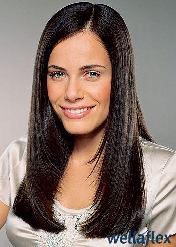 Okouzlující sestříhaný dlouhý účes z rovných vlasů, uhlazeného vzhledu