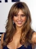 Jessica Alba - Volně rozpuštěný účes z dlouhých vlnitých vlasů světlehnédé barvy