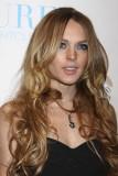 Lindsay Lohan - Účes z dlouhých vlnitých vlasů hnědé barvy s melírem a pěšinkou uprostřed