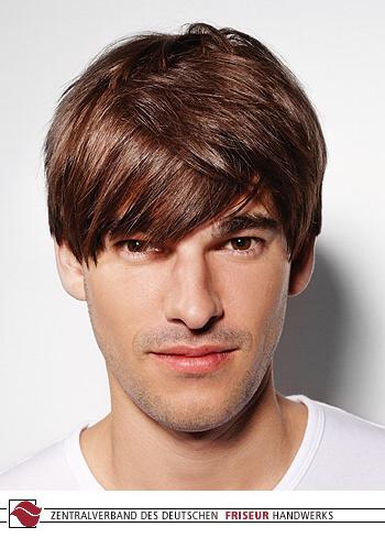 Krátký pánský účes z rovných vlasů hnědé barvy, jemně rozcuchaný