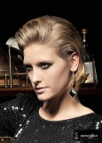 Elegantně stylizované mikádo z rovných blond vlasů s melírem a pěšinou na straně