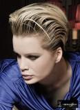 Krátké mikádo mokrého vzhledu, blond barvy s tmavým melírem
