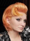 Krátké mikádo v retro stylu, oranžové barvy se zvlněnou ofinou