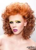 Polodlouhý sexy účes z kudrnatých vlasů měděné barvy