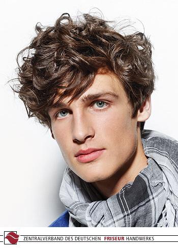 Pánský romanticky účes ze zvlněných vlasů hnědé barvy