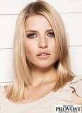 Postupný lehce sestříhaný účes na ramena v blond odstínech