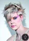 Revoltující rozcuch z krátkých blond vlasů, s usměrněnou ofinou na patku