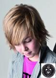 Účes z postupně prostříhaných vlasů k uším, s hustší ofinou pod obočí
