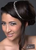 Vyčesané vlasy do drdolu na bok, doplněné o stříbrnou čelenku