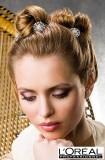 Účes z vyčesaných vlasů do efektních menších drdůlků, s kytičkami