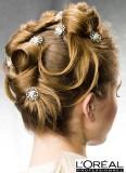 Vyčesané vlasy po pramenech stočených do originálních vln, ozdobené kytičkami