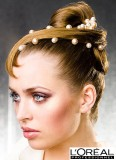 Vyčesané vlasy s perlami, s pramenem originálně sčesaným do čela