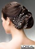 Účes z hladkých dlouhých vlasů, originálně vyčesané, ozvláštněný o vlasovou ozdobu