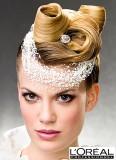Elegantně natočené vlasy do velkých vln, vyčesané na temeni, ozdobené nápadnou čelenkou