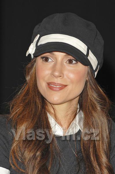 Alyssa Milano - Účes z dlouhýchzvlněných vlasů hnědé barvy doplněný kloboučkem