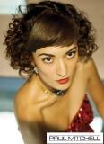 Romanticky kudrnaté vlasy upravené za uši, s rovnou ofinou, vhodné do společnosti