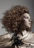 Extravagantně kudrnaté vlasy až do afra, délky na ramena