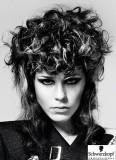 Extravagantně stylizované kudrnaté vlasy na temeni do velkého objemu
