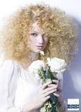 Svatební afro look z dlouhých rozpuštěných blond vlasů