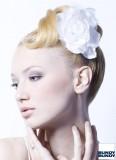Umělecká bílá květina jako ozdoba na klasickém