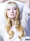 Svatební hippie styl s nápadnou krajkovou čelenkou na dlouhých vlasech