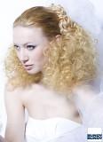 Účes na svatbu z nespoutaných kudrnatých vlasů, na temeni rovných