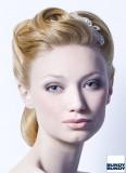 Romantický svatební účes s broží a z lehce zvlněných vlasů