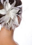 Extravagantní bílá vlasová kytice doplňující svatební účes