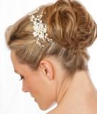 Květinová ozdoba na svatebním drdolu