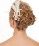 Výrazná vlasová aplikace v typickém účesu na svatbu