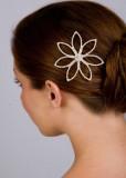 Jemná květina zdobící svatební účes z jednoduchého drdolu